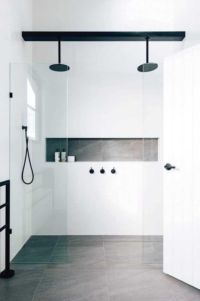 E se o banheiro for minimalista, o chuveiro de teto também é uma ótima opção