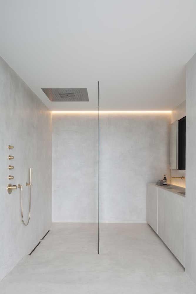 Banheiro clean com chuveiro de teto embutido