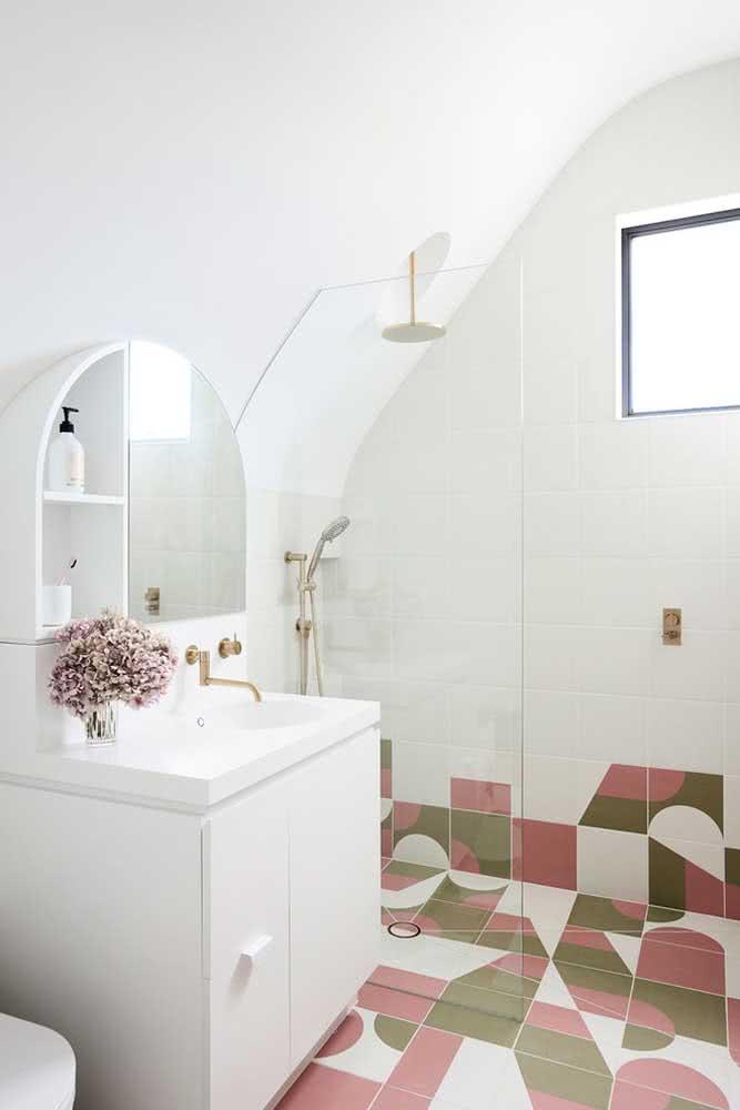 Já nesse outro banheiro, o chuveiro de teto ganhou um nicho especial