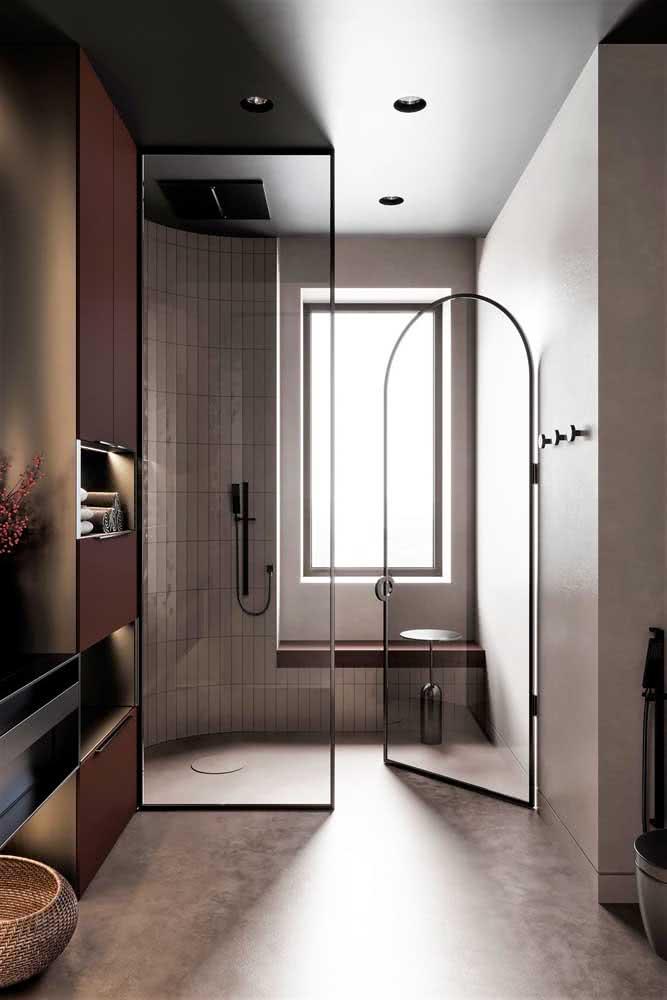 Chuveiro de teto preto embutido para completar essa proposta moderna e sofisticada de banheiro