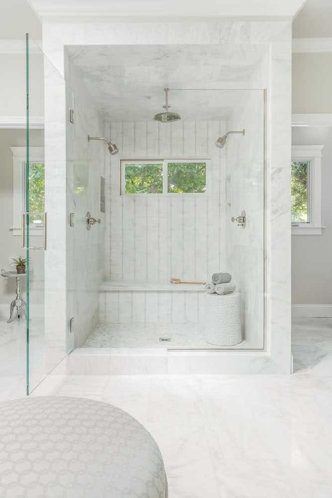 Chuveiro de teto instalado sobre a banheira. Para completar o banho, duchas laterais