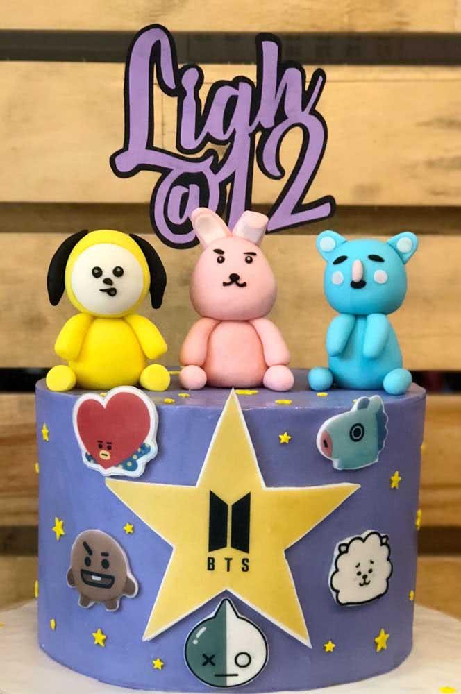 Bolo BTS com os mascotes símbolos do grupo