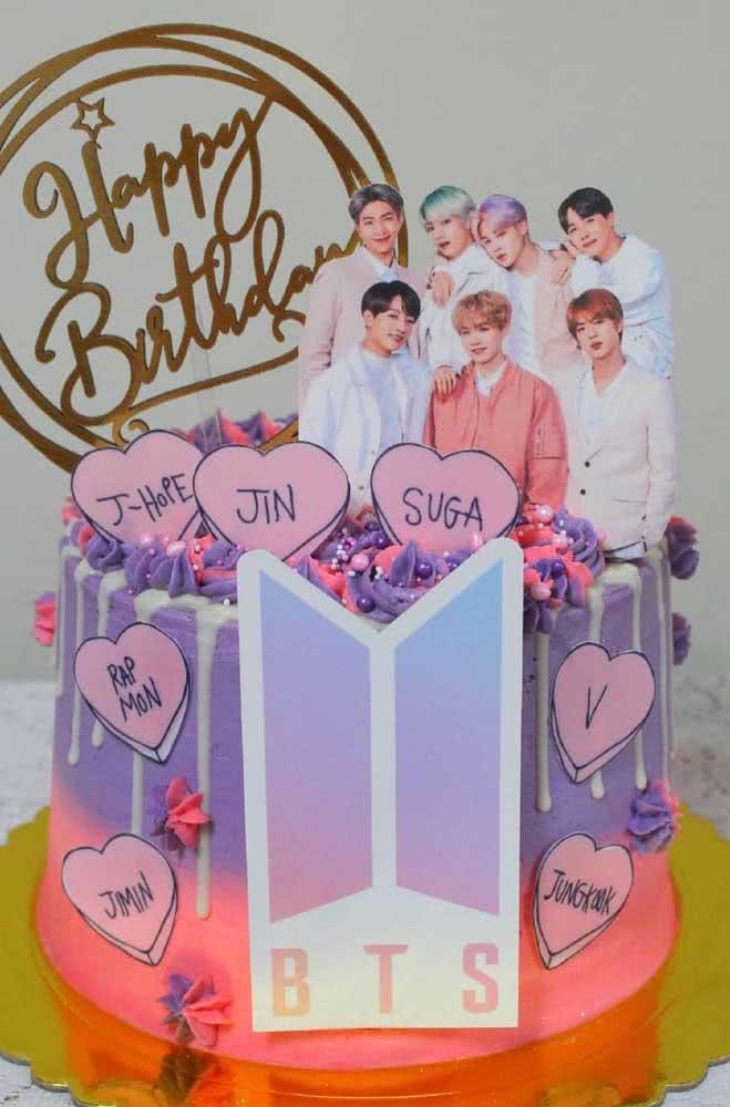 Bolo BTS pequeno e colorido, mas com espaço para todos os meninos do grupo
