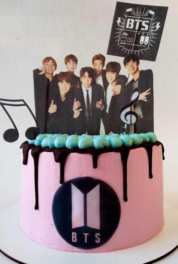 Bolo BTS rosa e preto: as cores que representam o grupo