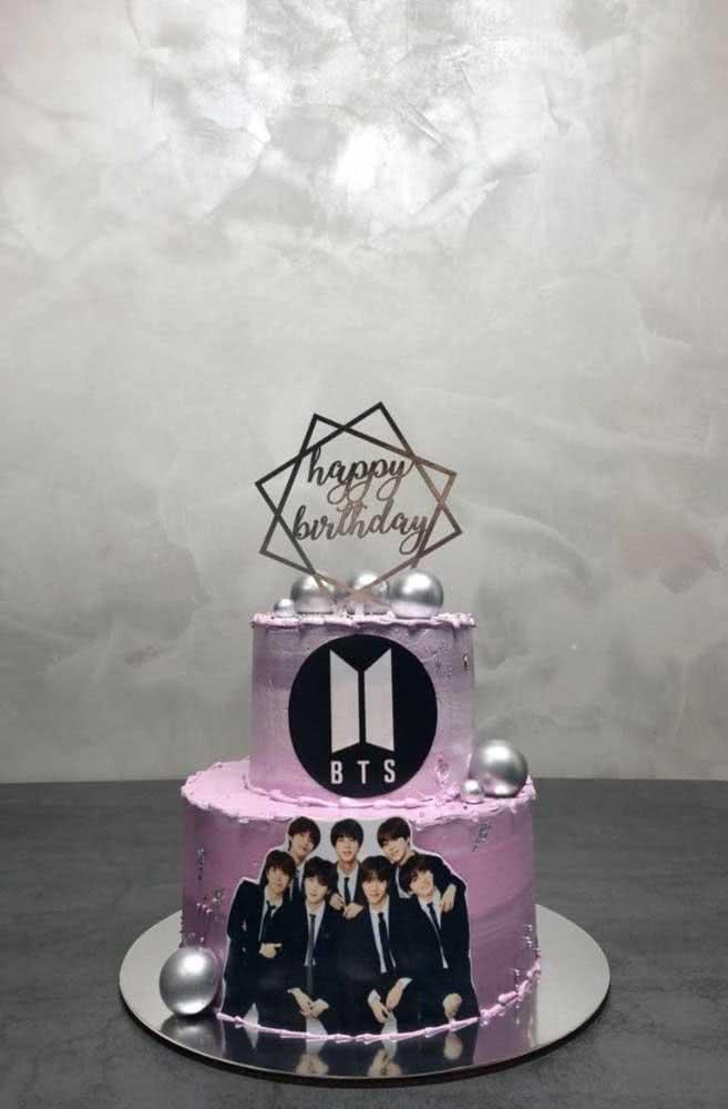 Um pouco de brilho também é bem vindo na decoração do bolo BTS