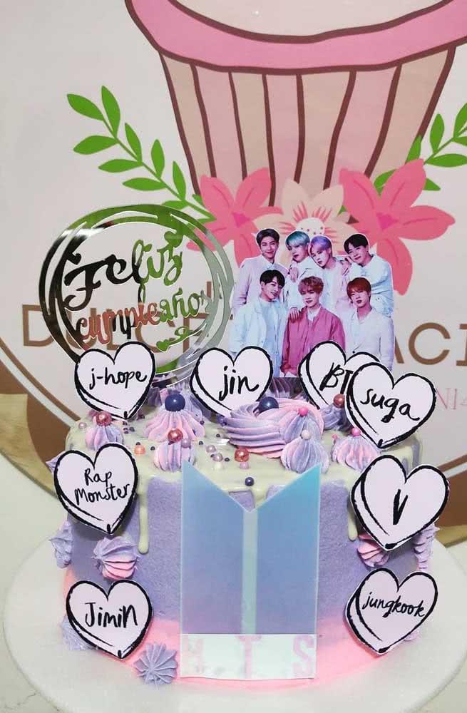 Aqui, além do topo com a foto dos meninos do BTS, o bolo ainda traz tags com os nomes de cada integrante