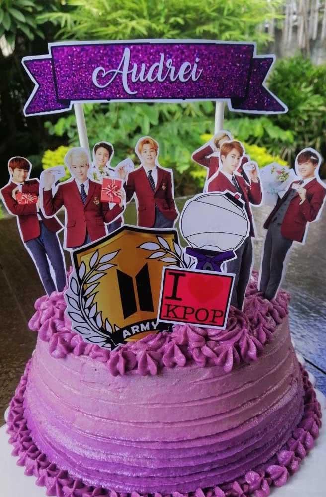 Bolo BTS em degrade de lilás e com o nome da aniversariante em destaque