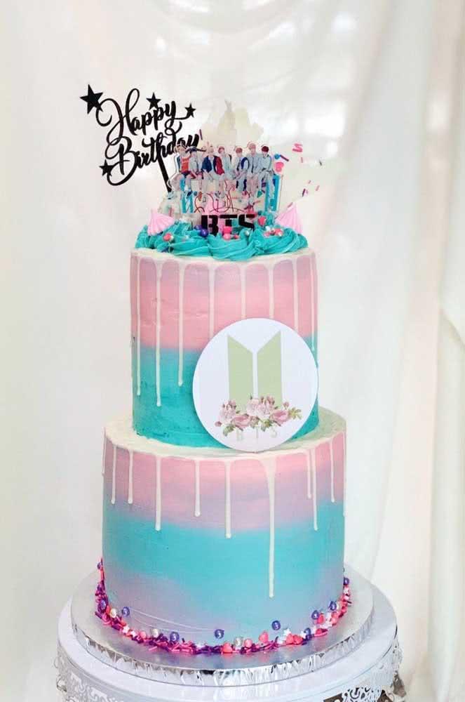 As cores da boy band estampam esse bolo de dois andares