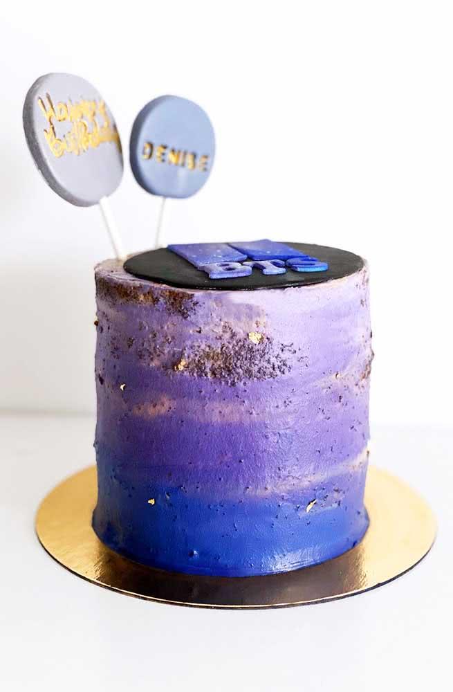 A graça desse bolo mora no degrade de tons que vai do lilás ao azul