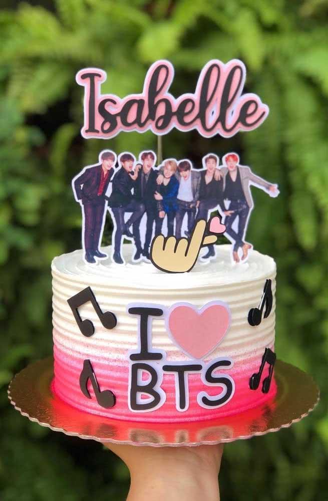Os garotos do BTS dividem espaço com o nome da aniversariante no topo desse bolo pequeninho
