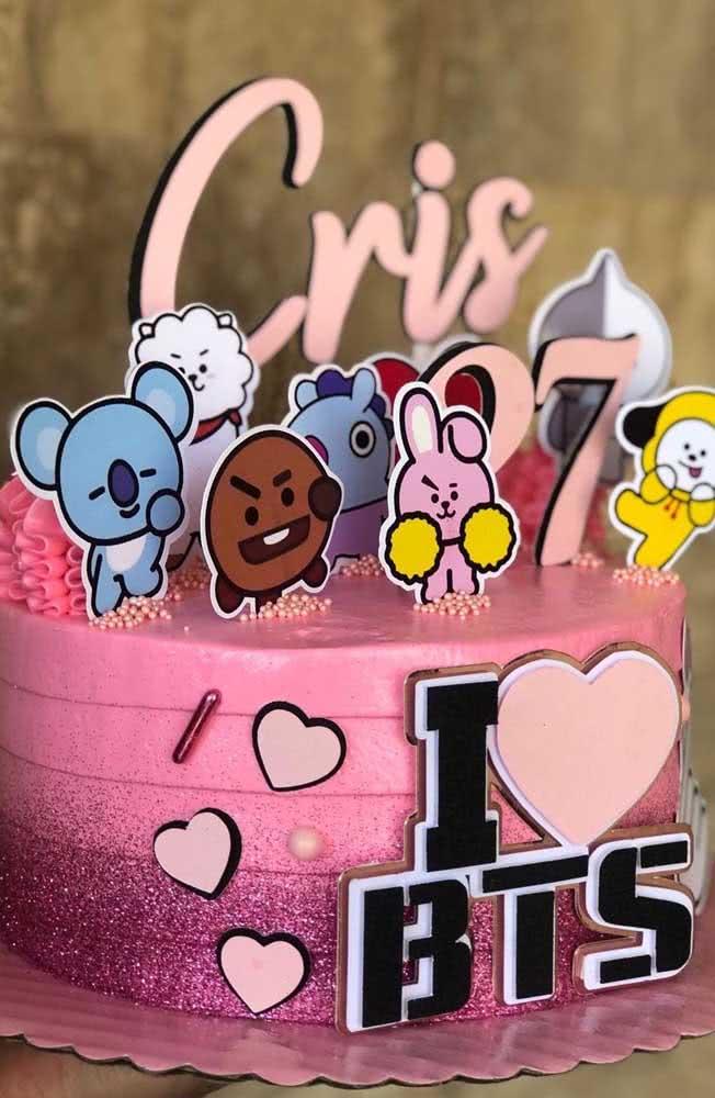 Bolo BTS cor de rosa e com purpurina