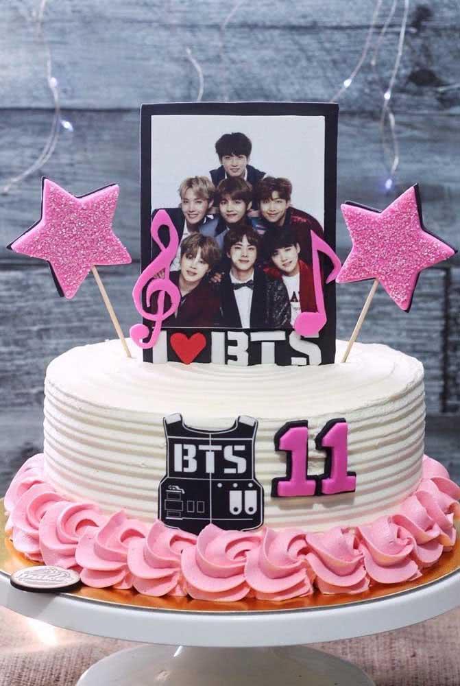 Escolha a foto do BTS que você mais gosta e coloque-a no topo do bolo