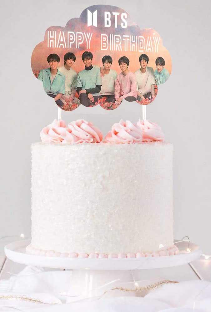 Bolo BTS simples decorado com um leve tom de cor de rosa