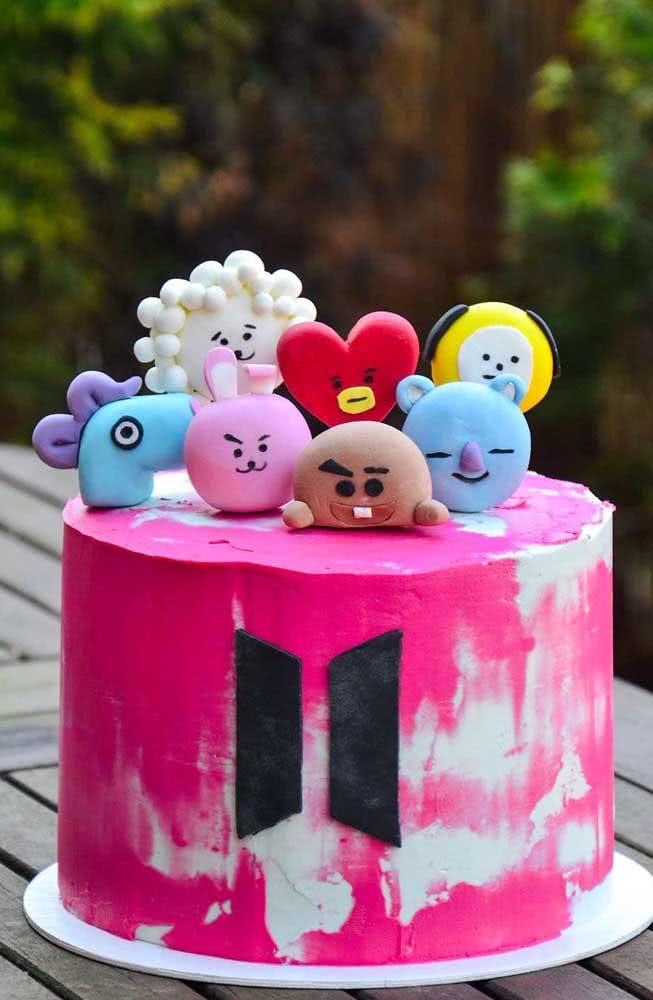 Tem espaço para todo mundo do BT21 em cima desse bolo cor de rosa