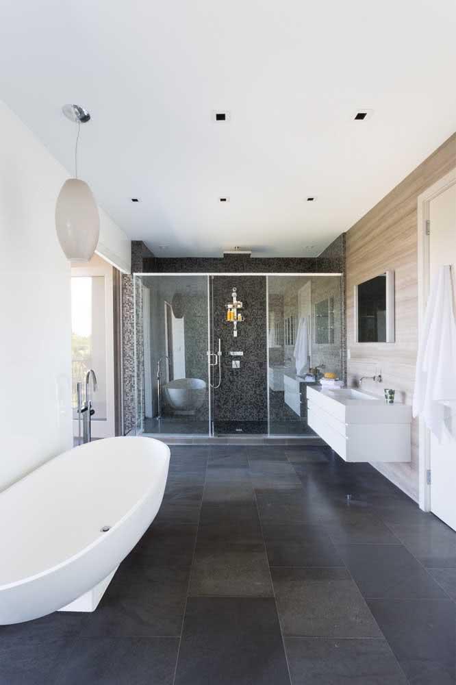 Piso de ardósia simples para um banheiro sofisticado. Viu só como a pedra pode te surpreender?