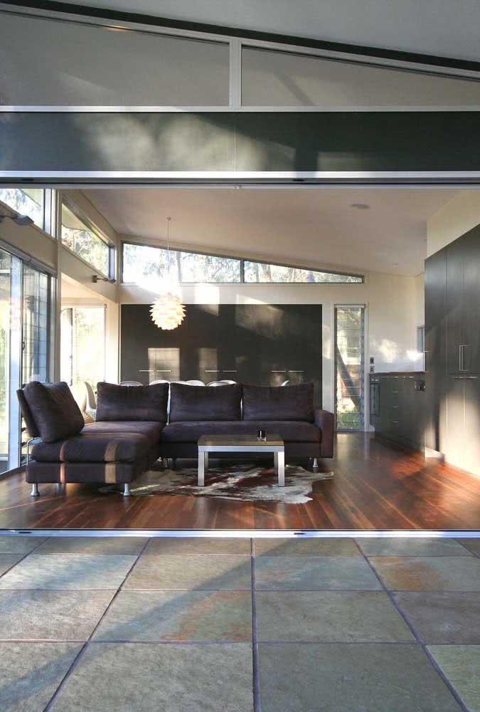 Na área interna, piso de madeira. Na área externa, piso de ardósia