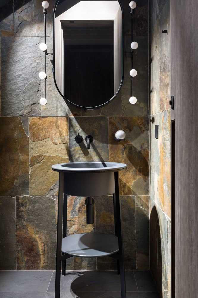 Banheiro moderno com ardósia polida no chão e rústica na parede. Um belo contraste