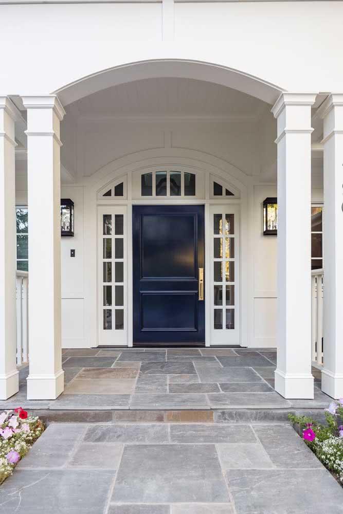 Ardósia na entrada da casa. Uma opção de piso com fácil manutenção