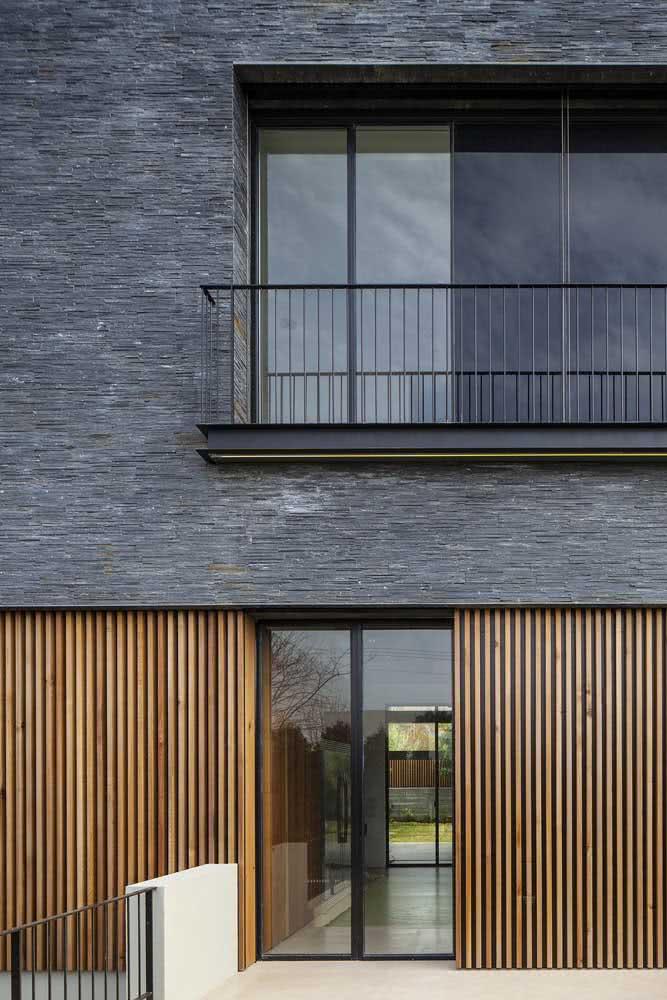 Já aqui, a ardósia aparece em filetes cobrindo a fachada da casa
