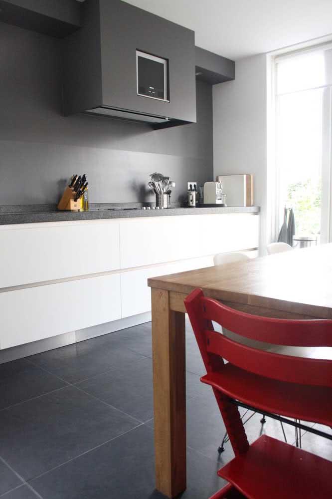 Nessa outra cozinha, o piso de ardósia em placas grandes confere modernidade ao projeto