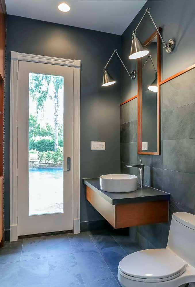 Nesse banheiro, a ardósia na parede se confunde com a pintura