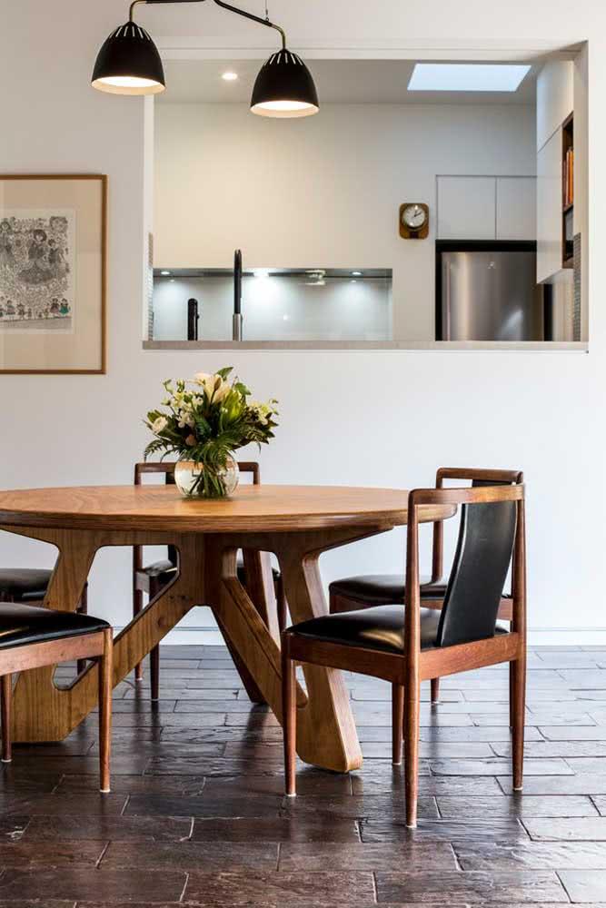 Sala de jantar moderna com piso rústico de ardósia
