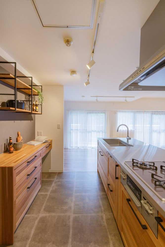 Já para a cozinha amadeirada, a ardósia ferrugem ou marrom é uma linda opção