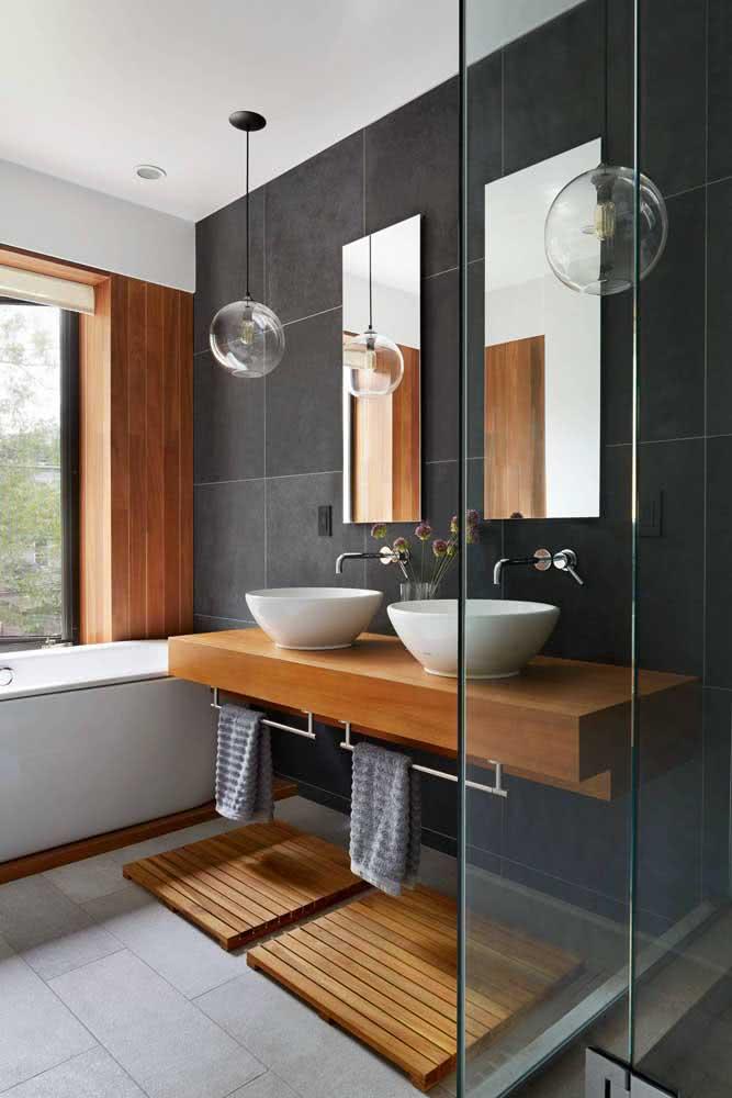 A parede de ardósia traz estilo e modernidade para o banheiro branco