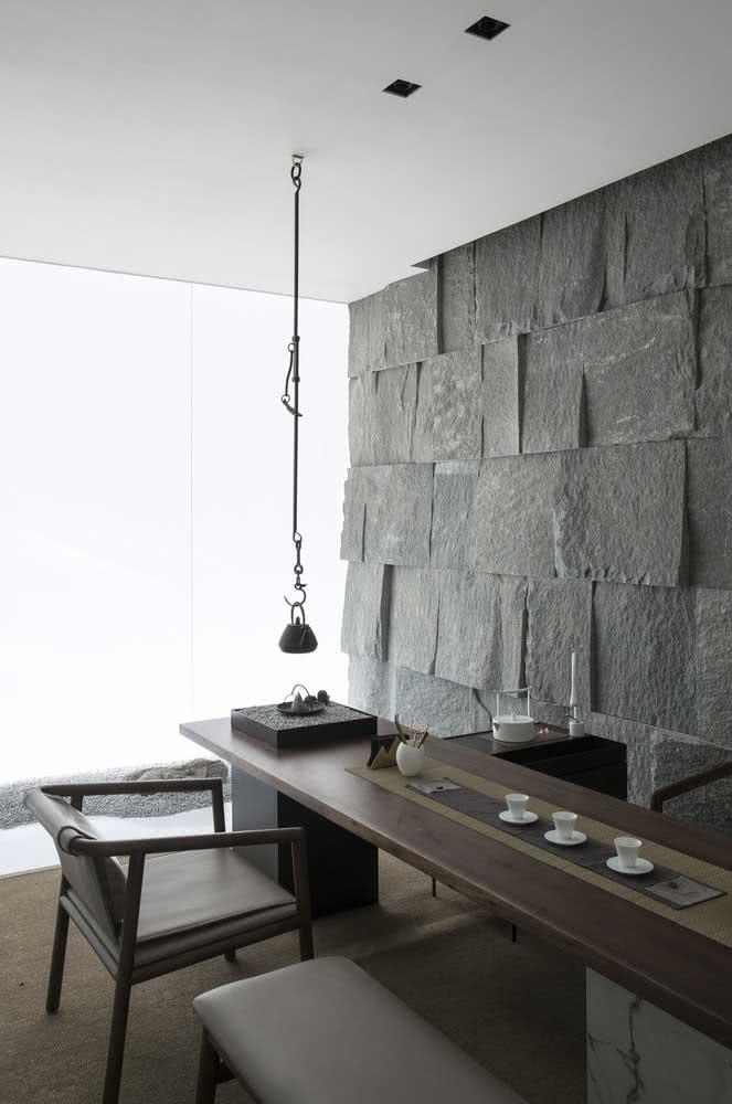E que tal uma parede de ardósia rústica para o home office?