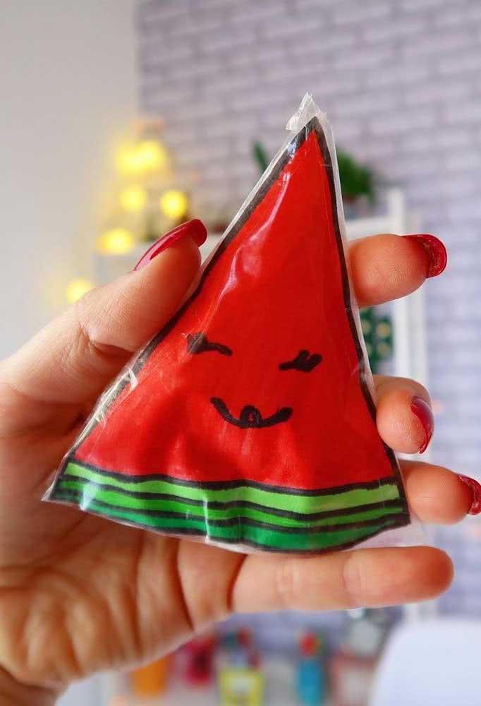 Já aqui, a dica é um paper squishy de melancia super simples e fácil de fazer