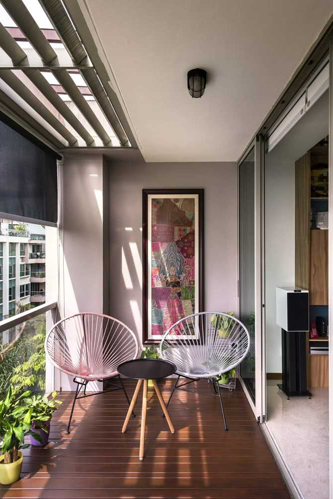 Varanda pequena decorada com a charmosa dupla de cadeiras acapulco