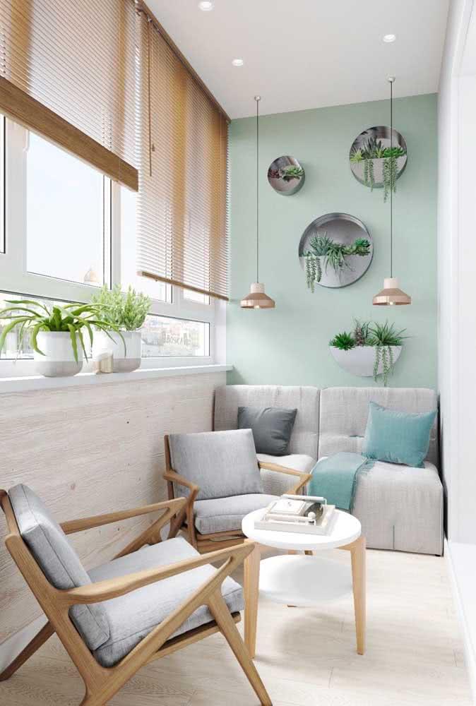 Mas se o espaço é pequeno aposte em sofá de dois lugares e complemente com poltronas
