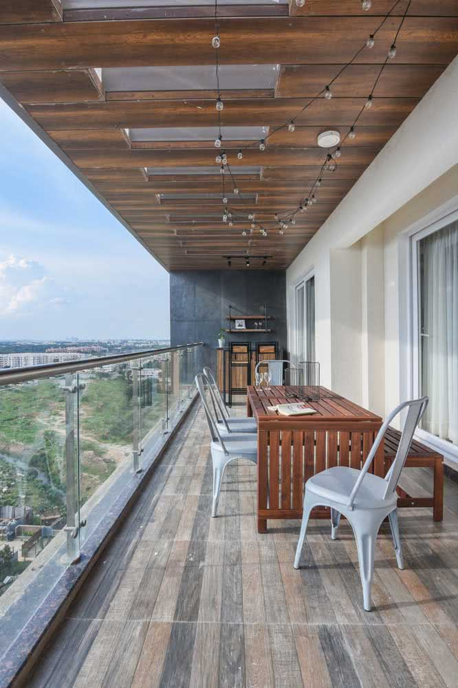 Móveis para varanda gourmet incluem mesa e cadeiras