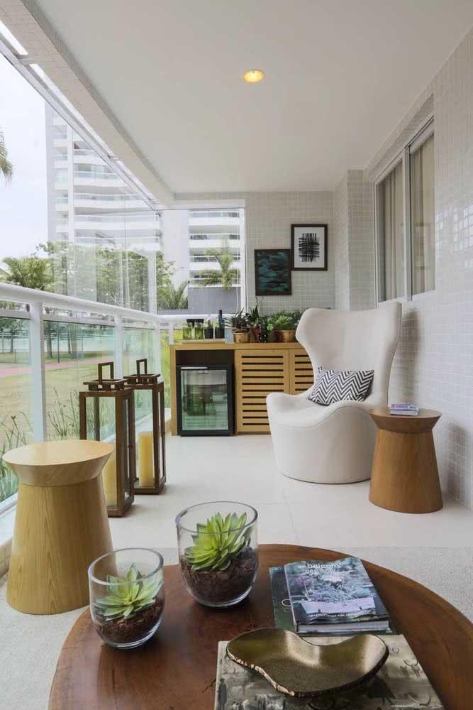 Conforto e funcionalidade nos móveis dessa varanda pequena