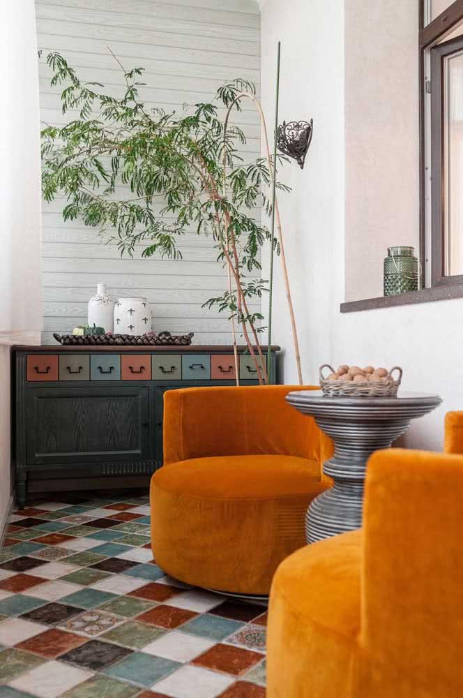 Poltronas confortáveis e um móvel de garimpo para trazer estilo e originalidade à varanda