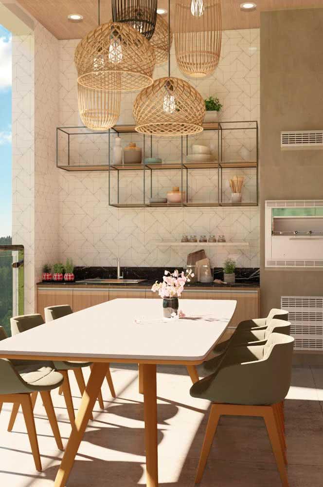 Varanda gourmet com mesa de jantar moderna