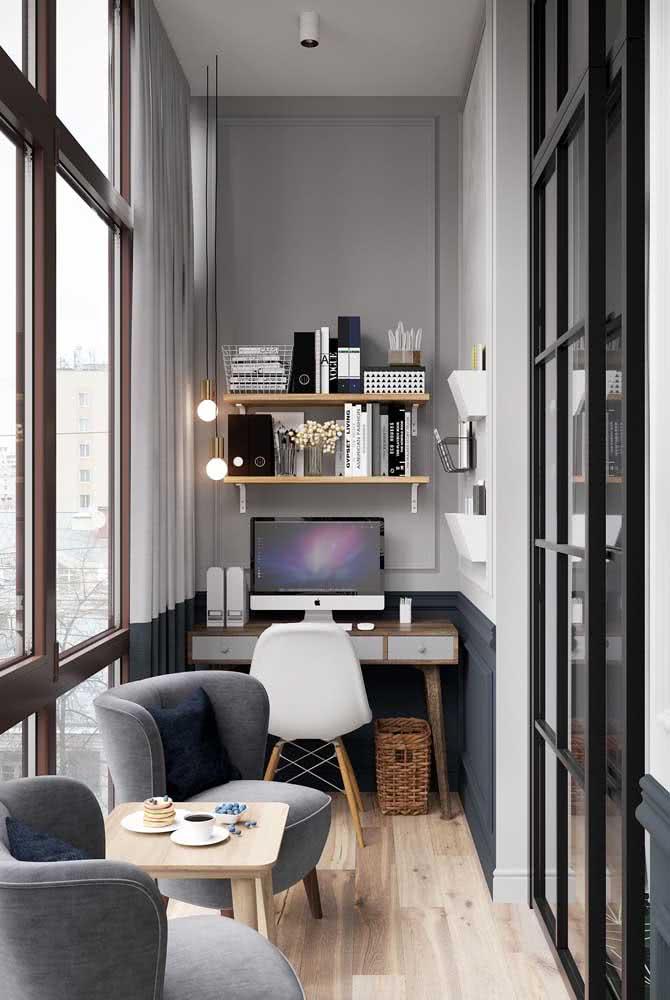 Varanda transformada em home office tem espaço para escrivaninha e poltronas