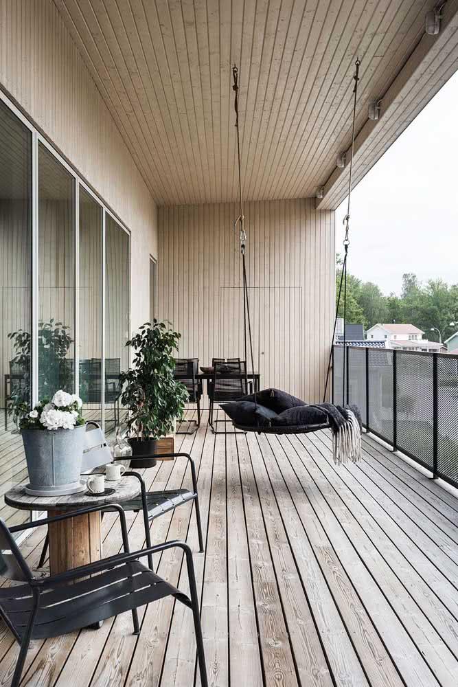Varanda rústica moderna decorada com móveis que expressam personalidade