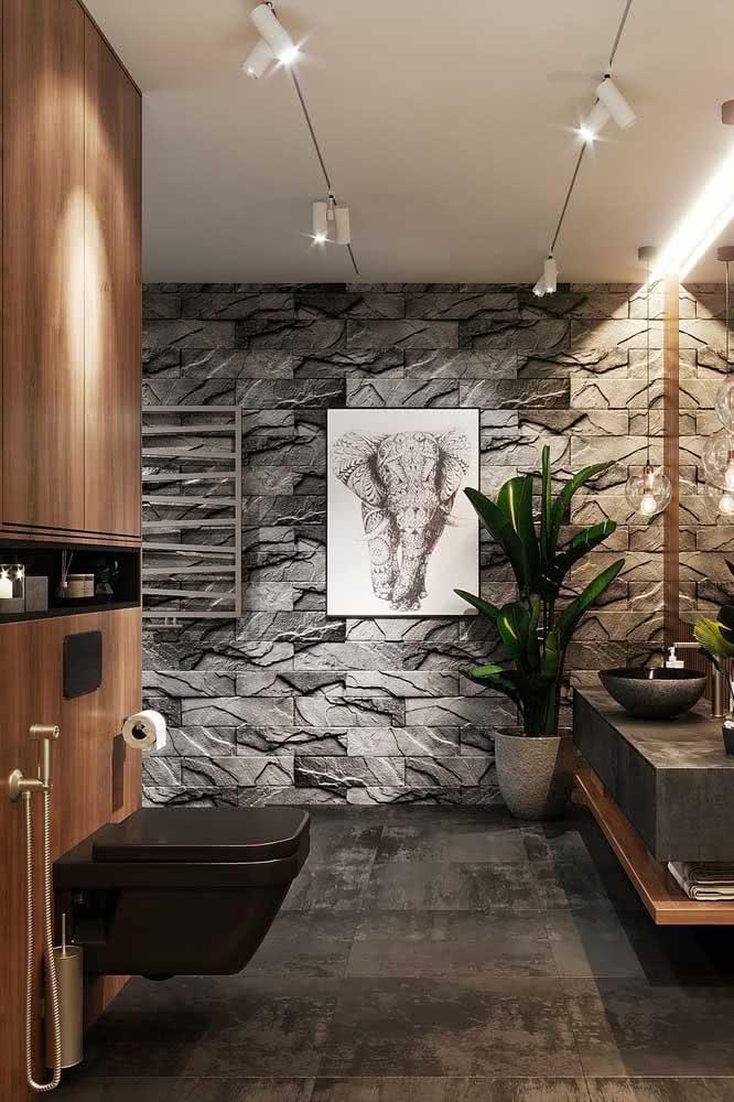 Um banheiro moderno e muito bem iluminado