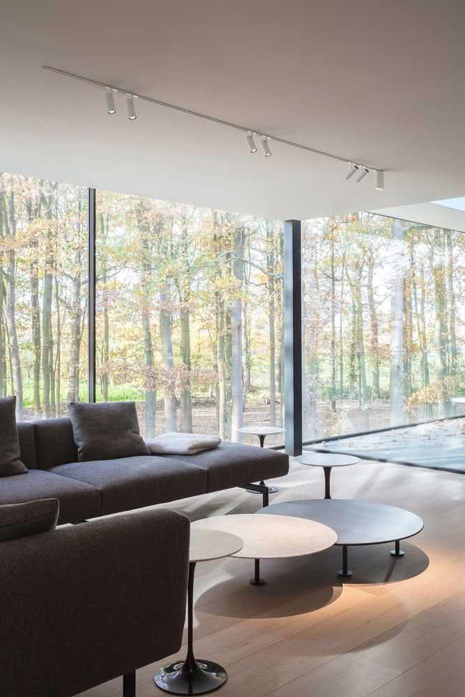 Um trilho minimalista para combinar com o estilo sóbrio da sala