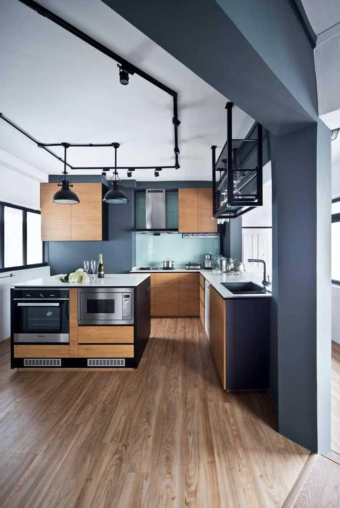 Já para decorações modernas, prefira um trilho que contraste com o teto