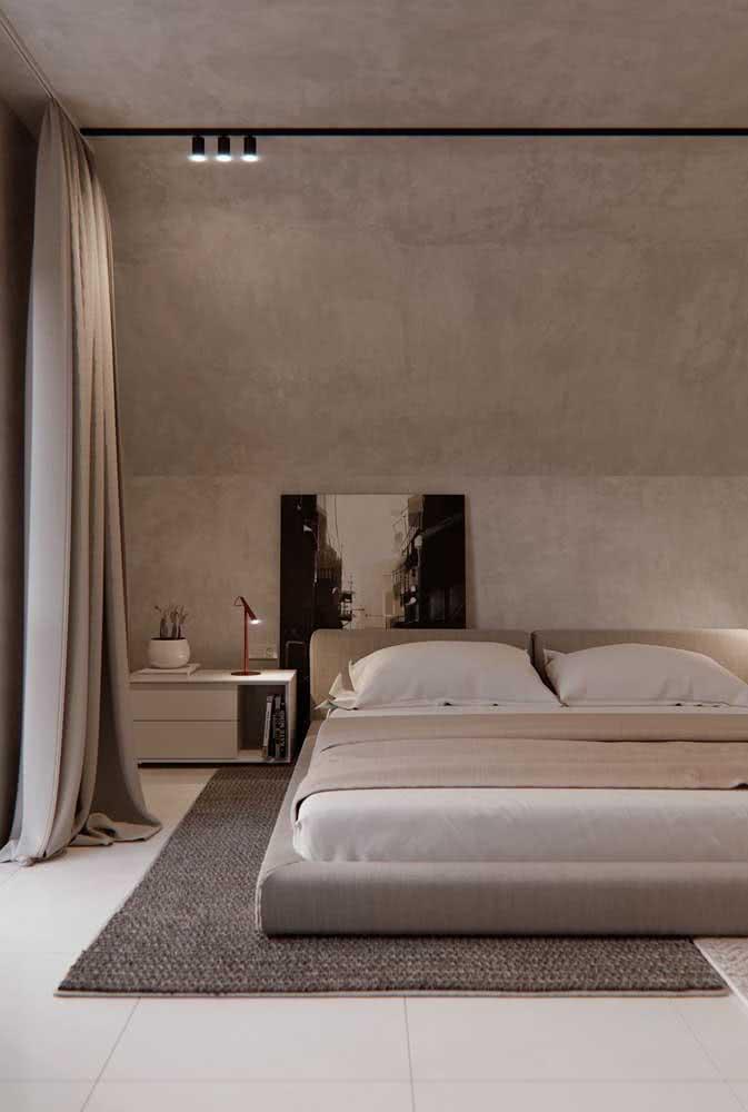 No quarto do casal, os spots da luminária de trilho se concentram apenas na lateral