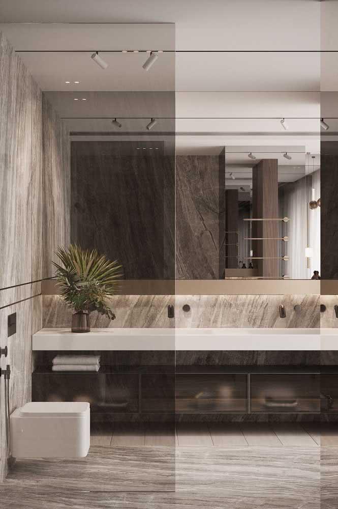 Banheiro com luminária de trilho. Destaque para os spots minimalistas