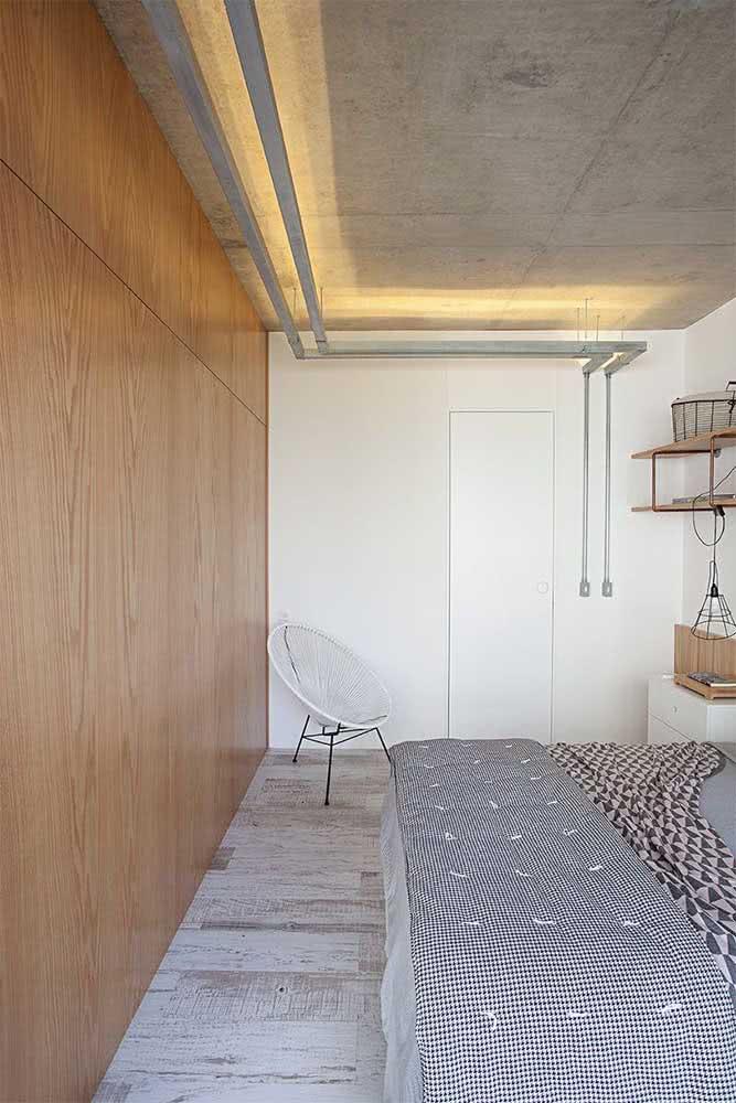 Luminária de trilho com luzes direcionadas para o teto. Efeito suave e aconchegante