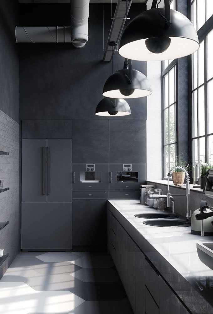 Luminária de trilho para acompanhar o formato da cozinha corredor