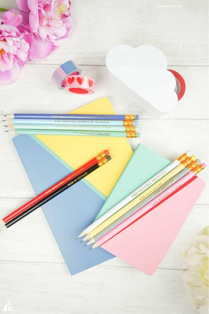 Papel e lápis para expressar os sentimentos e a criatividade