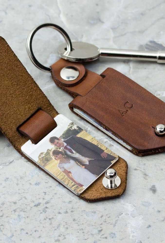 Presente personalizado para homem: bloquinho de anotação com foto do casal que também serve como chaveiro