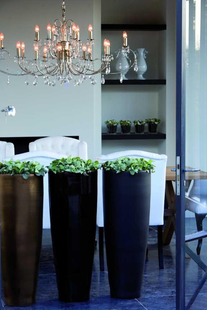 Aqui, os vasos altos com fitônias formam uma coluna divisória entre os ambientes