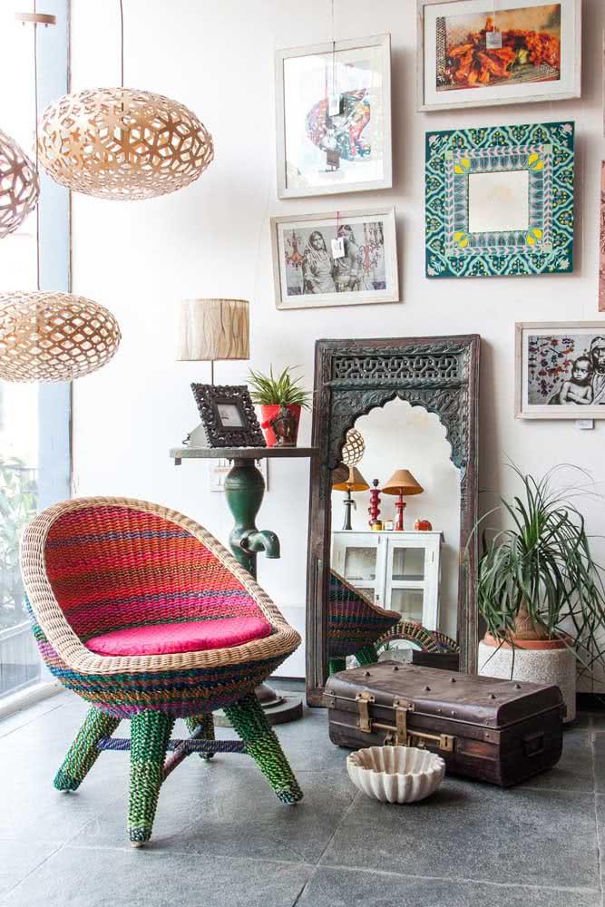 Decoração indiana na sala. A poltrona é o ponto de destaque do estilo