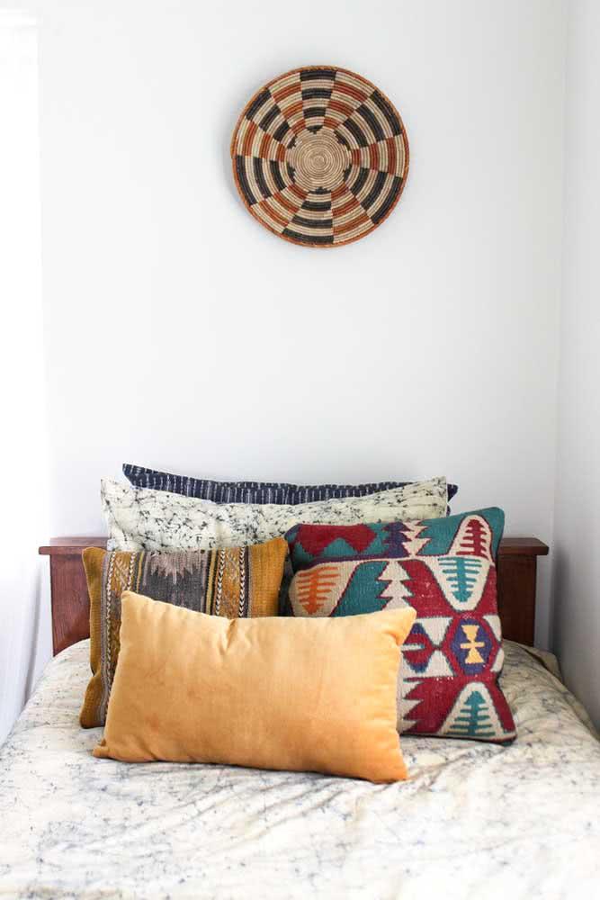Não tenha medo de apostar nas almofadas para decoração indiana